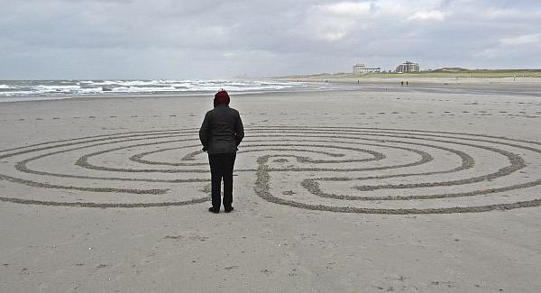 labyrint op strand Kerk aan Zee
